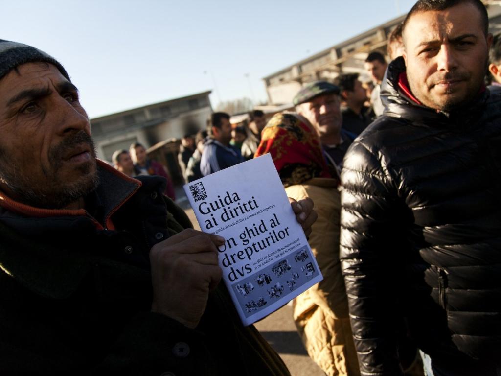 14-Alcuni abitanti reclamano i loro diritti con la Guida redatta dai volontari del NAGA _MG_6414