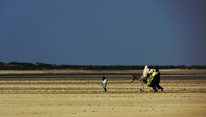 Colombia La Guajira. Una giovane wayuu viene probabilmente accopagnata dal suo promesso sposo.