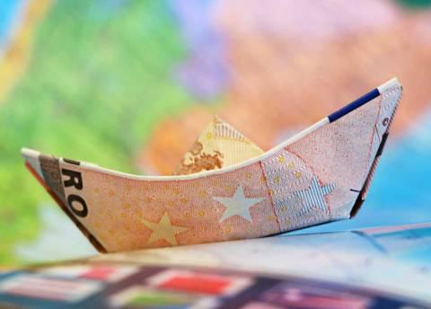 Euro no euro: barchetta fatta con banconota euro. Come a dire, siamo tutti sulla stessa barca
