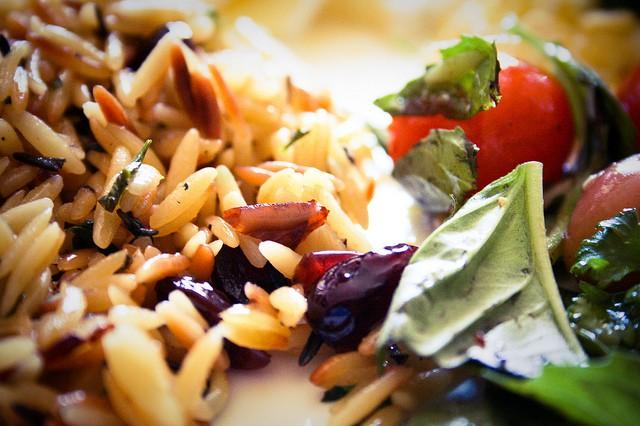Insalata di riso basmati e selvaggio alle verdure