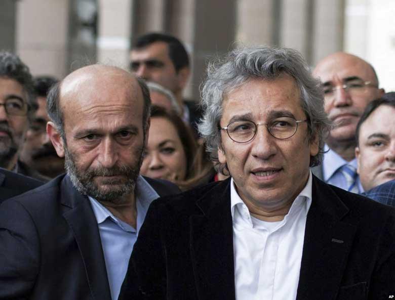 I direttori del quotidiano di opposizione Cumhuriyet, arrestati e rilasciati per un reportage sul traffico di armi tra Siria e Turchia