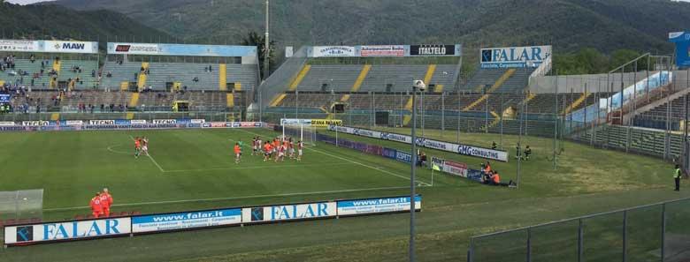@I giocatori festeggiano a Brescia sotto la curva chiusa