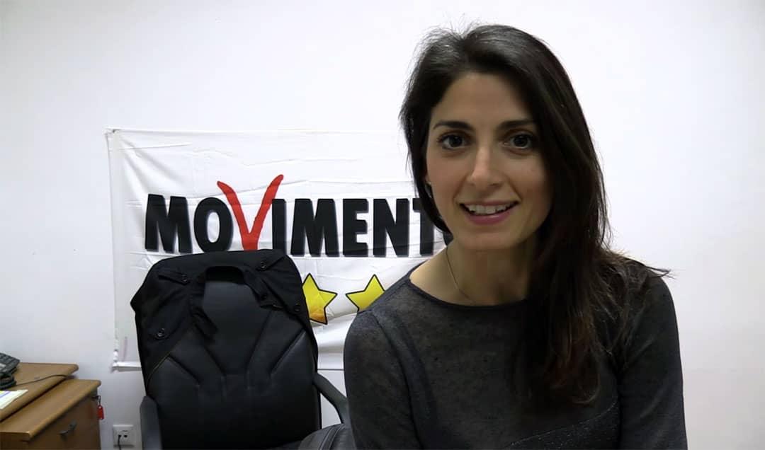Immagine del sindaco di Roma del Movimento 5 Stelle Virginia Raggi con il logo del Movimento 5 Stelle