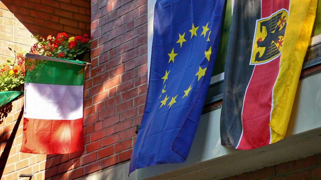 bandiere di Italia, Germania e Unione Europea allo stesso balcone