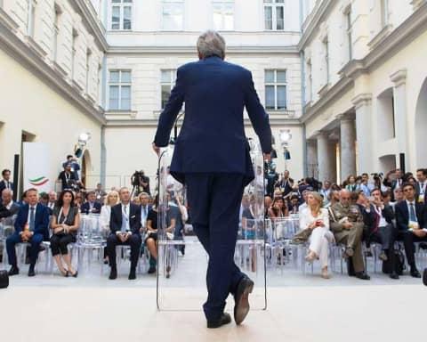 Paolo Gentiloni di spalle mentre parla al Trieste Summit