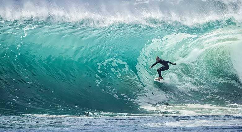 Surfista che fa surf sulla cresta dell'onda
