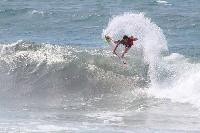 leonardo fioravanti mentre surfa