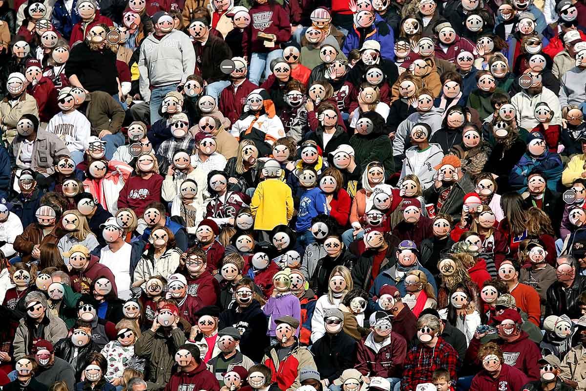 folla di persone con maschere, folla anonima,