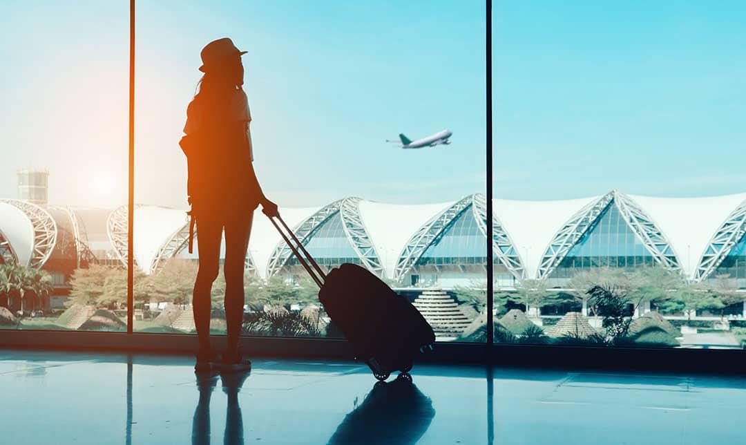 ragazza giovane in partenza dal'aeroporto