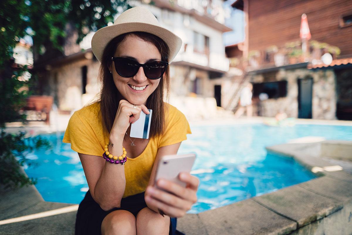 ragazza in vacanza che prenota online un hotel