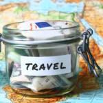 mappa del mondo con salvadanaio dei risparmi per viaggiare