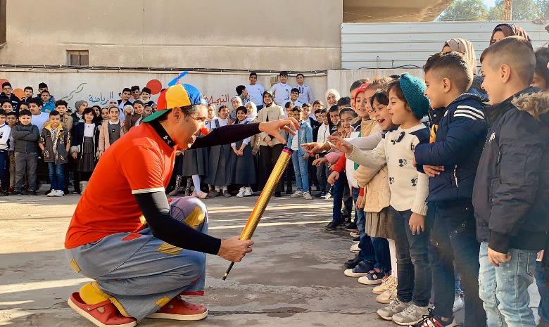 Il Pimpa in Iraq a fare giocare i bambini.